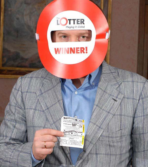 Un homme de Lettonie gagne des prix de loterie en ligne via theLotter France